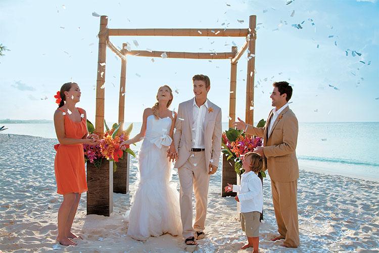 Matrimonio Simbolico En La Playa : Dos estilos infalibles para tu boda en la playa topnovia